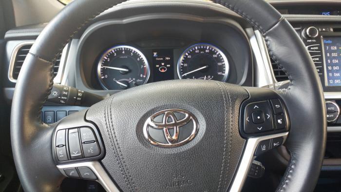 Steering wheel of Toyota Highlander